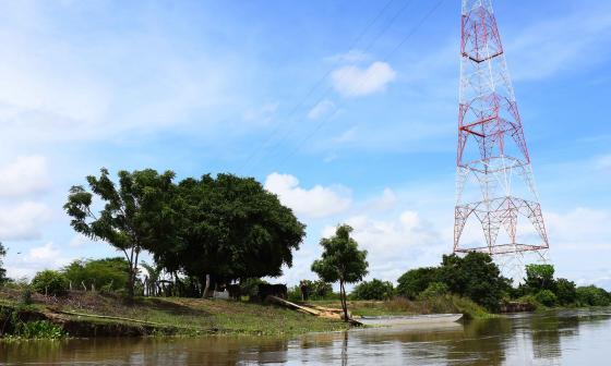 Las aguas del río Magdalena se encuentran a pocos metros de la torre eléctrica del municipio de Suan.