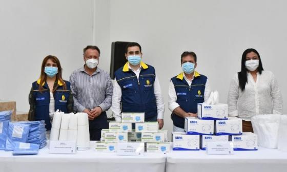 La gerente de la subcuenta COVID-19, Adriana Jiménez; el viceministro Luis Alexander Moscoso; el gobernador Vicente Blel; el director de la UNGR, Eduardo González, y la directora del Dadis, Johana Bueno, con parte de la donación que recibió Bolívar y Cartagena.