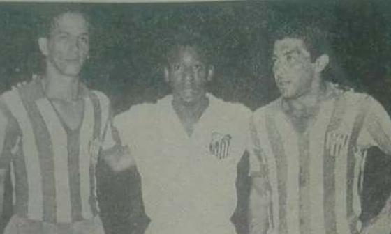 Pelé entre Hemenegildo Segrera y Antonio Rada, jugadores de aquel Junior de 1967.