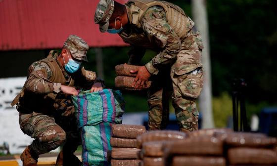 Incautan 945 paquetes de droga en Panamá con apoyo de Armada colombiana