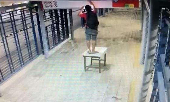 En video   Con una mesa, hombre se roba lámparas en estación de Transmetro