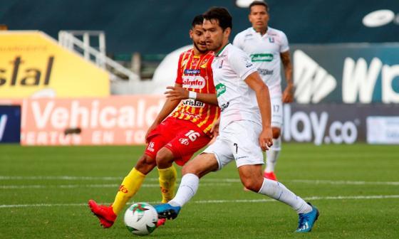 Acción del juego entre Once Caldas y Deportivo Pereira.