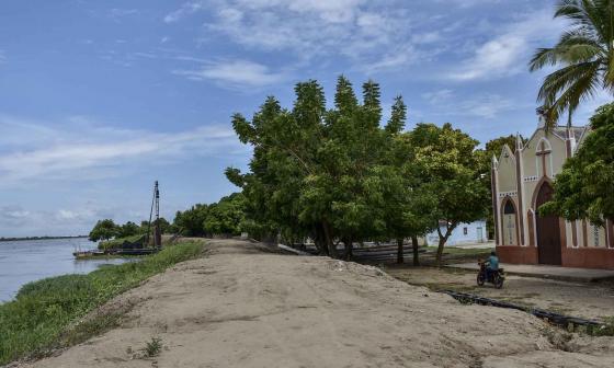 La iglesia del corregimiento de Guaimaro se encuentra a escasos metros de las aguas del río Magdalena.