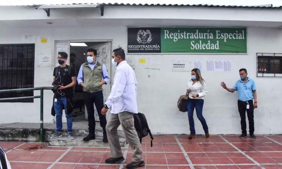 Aspecto de la inspección judicial en la sede de la Registraduría en Soledad.