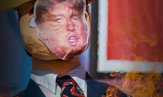 Migrantes centroamericanos queman figura de Trump para denunciar abusos