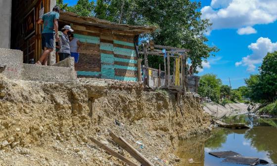 A la mayoría de las viviendas el arroyo les ha socavado parte de su infraestructura.