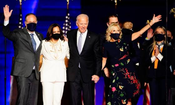 Kamala Harris y su esposo Douglas Emhoff junto a Joe Biden y Jill Biden en el evento realizado anoche.