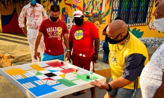 Residentes del Barrio Abajo, en Barranquilla, antes de comenzar una partida de parqués.