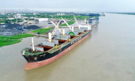 Un buque descarga en la zona portuaria.