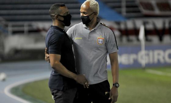 Luis Amaranto Perea y Belmer Aguilar se saludaron previo al partido.
