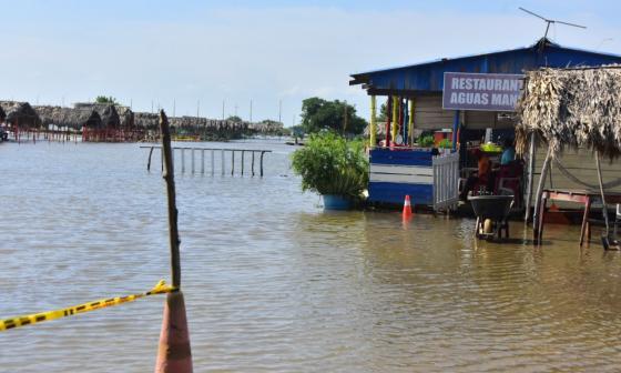 Subida de la marea mantiene restringido el acceso a las playas
