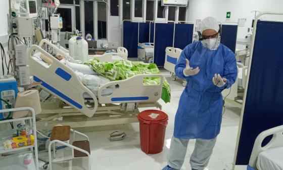 Médicos usan gafas de asistencia remota para atender pacientes con Covid