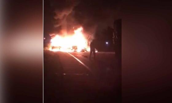 Dos vehículos se quemaron tras choque múltiple en Palermo, Magdalena