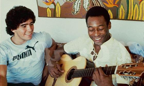Maradona y Pelé compartiendo juntos.