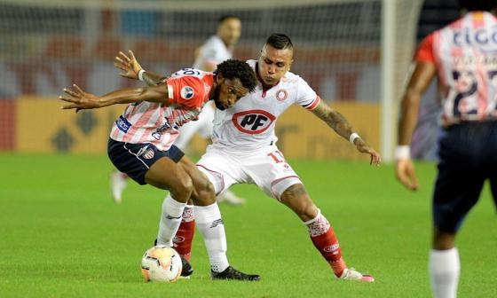 Didier Moreno disputa un balón con un rival del Unión La Calera.