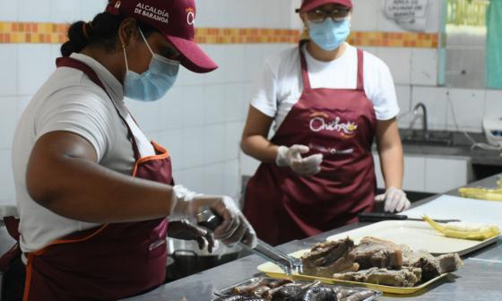 Cocineras de Baranoa en una de las cocinas instaladas en Barranquilla para el Festival del Chicharrón.