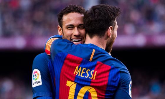 Messi permanece en el Barcelona y Neymar fichó en el 2017 por el PSG.