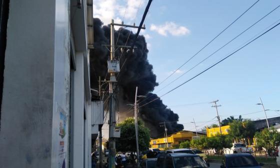 En video | Incendio consumió bodega de icopor en el centro de Montería