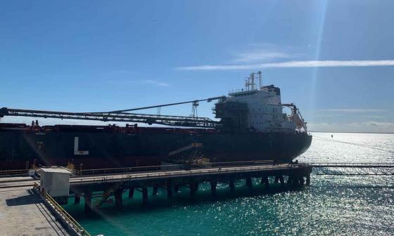 Salió primer buque con carbón de Puerto Bolívar después de la huelga
