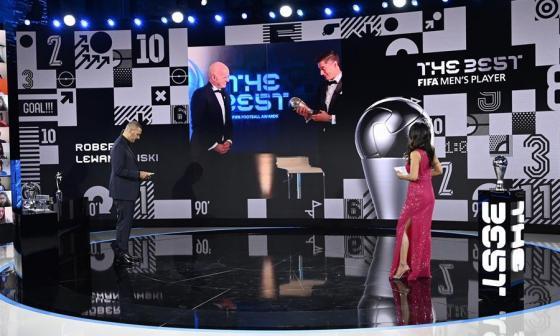 Lewandowski recibió el premio de Gianni Infantino, presidente de la FIFA.