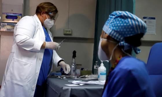 """EE.UU. empieza a administrar vacuna de Moderna en """"ofensiva"""" contra la Covid"""