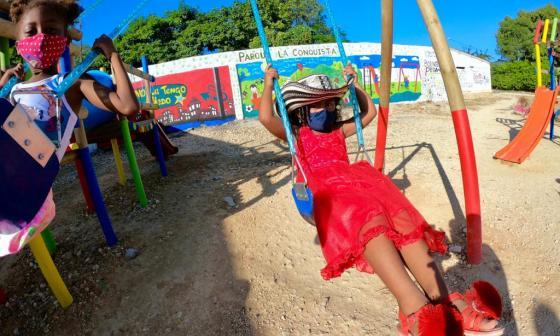 Niños disfrutan de los nuevos parques en Bolívar.
