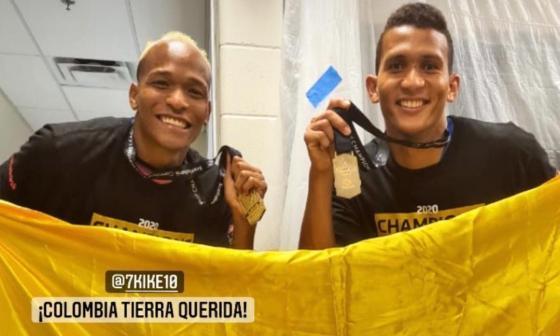 Luis Quiñones y Francisco Meza celebraron con la bandera de Colombia.