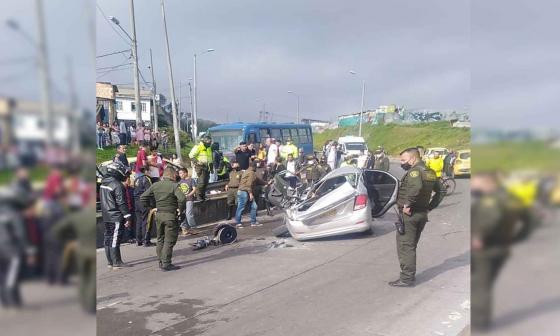 Camión cisterna se volcó sobre un carro, dos menores y su padre murieron