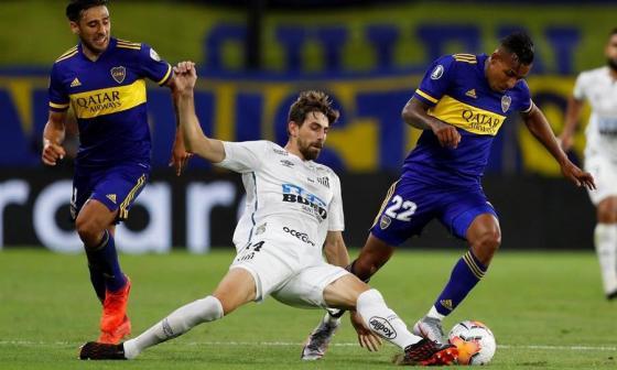 El colombiano Sebastián Villa disputando el balón con Luan Peres.