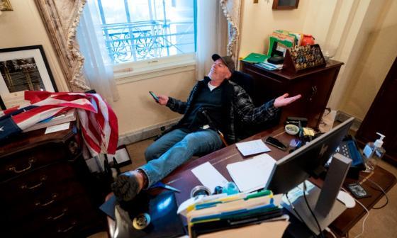 Detienen a individuo que entró al despacho de Pelosi en el asalto al Congreso