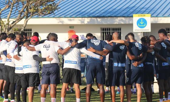Los integrantes de Junior en una oración previa a un entrenamiento.