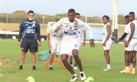 El zaguero Germán Mera realizando ejercicios físicos ante la mirada de sus compañeros y el preparador físico Juan Camilo Quintero.