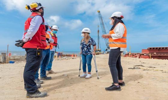 La gobernadora Elsa Noguera durante la visita de inspección a las obras.