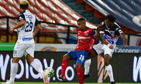 Didier Moreno presiona en una jugada ante la mirada de Teófilo Gutiérrez.