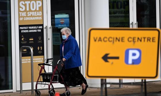 Una mujer sale de un centro de vacunación masiva en Empton, Reino Unido.
