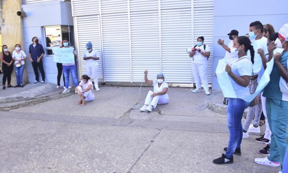 Dos extrabajadoras se encadenaron en la protesta.