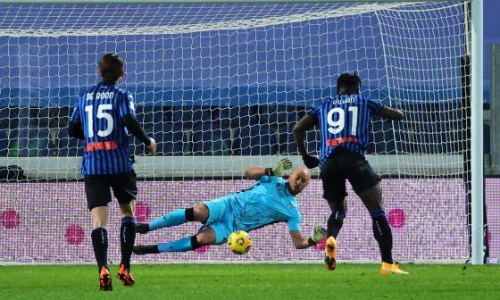 Duván Zapata ejecutó este penalti y el arquero se lo atajó.