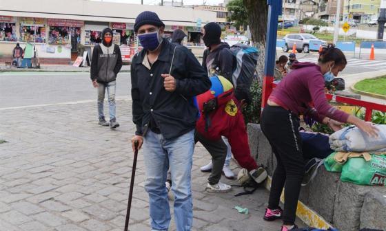 Rubén Gallardo, un ingeniero venezolano del petróleo, que pese a una discapacidad en la columna, lleva un mes caminando desde Venezuela.