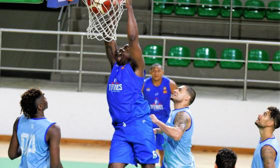 Williams, realizando una volcada durante los entrenamientos de Titanes de Barranquilla.