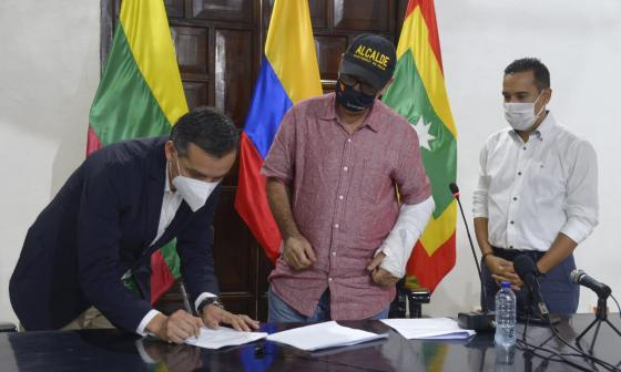 Darió Florez, de EPM de Medellín, firma el contrato con el alcalde de Cartagena, William, Dau.