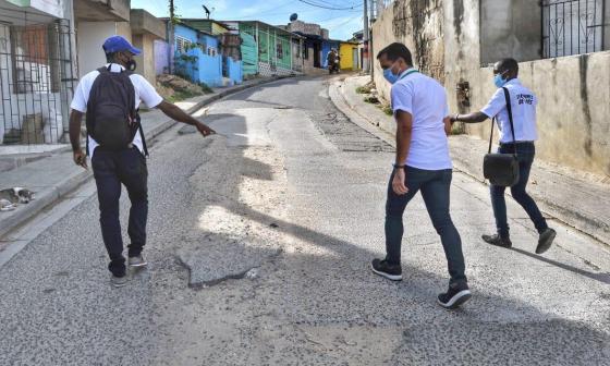 El secretario de Infraestructura, Luis Villadiego, en la visita a varios barrios de Cartagena.