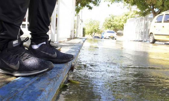 La calle de este sector del barrio Campo Alegre bota agua, según los vecinos, las 24 horas del día.