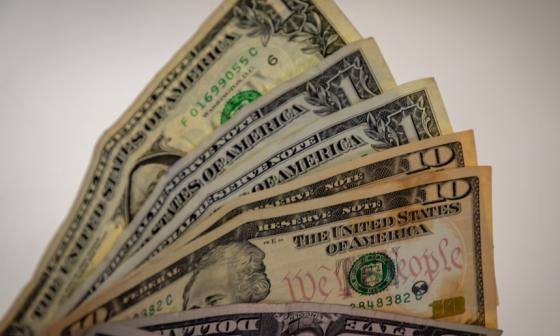 El dólar opera al alza este viernes