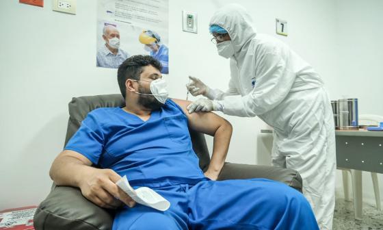 Uno de los trabajadores del sector salud en Cartagena cuando era vacunado contra la covid-19.