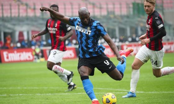 Lautaro y Lukaku brillan en el Derbi de Milán y aseguran al Inter en la punta