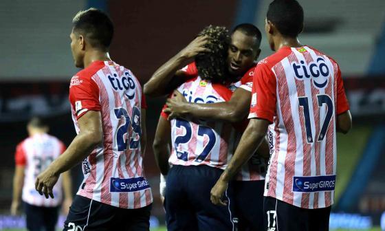 Willer Ditta abrazando a Fabián Viáfara, autor del primer gol.