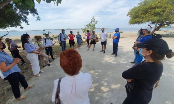 Vecinos y líderes comunales en el encuentro con la autoridad ambiental de Cartagena.
