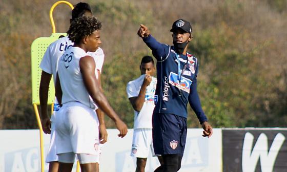 El técnico Luis Amaranto Perea dando indicaciones en un entrenamiento.