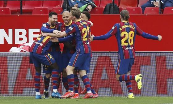 Barcelona se mete en la pelea por el título de la Liga.