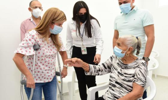 La gobernadora Elsa Noguera saluda a una de las vacunadas en el Atlántico